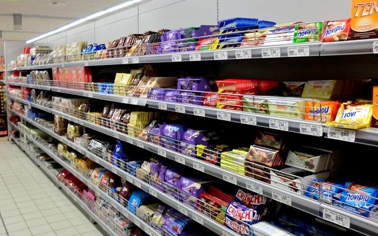 scaffali dei supermercati pieni di prodotti industriali