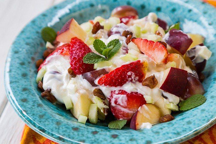 cena sana per dimagrire - yoghurt e frutta con menta