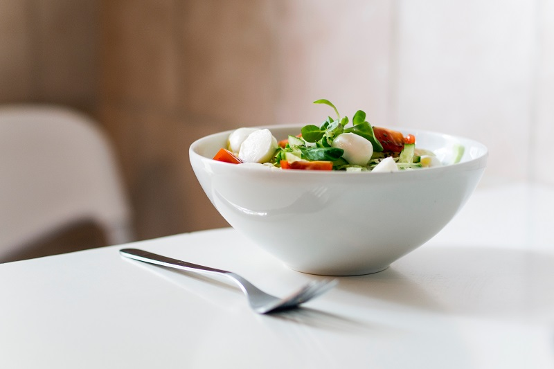 Pranzo e cena in tema minimalista a tavola