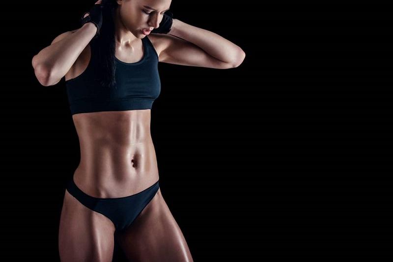 donne che fanno sollevamento pesi perdono peso