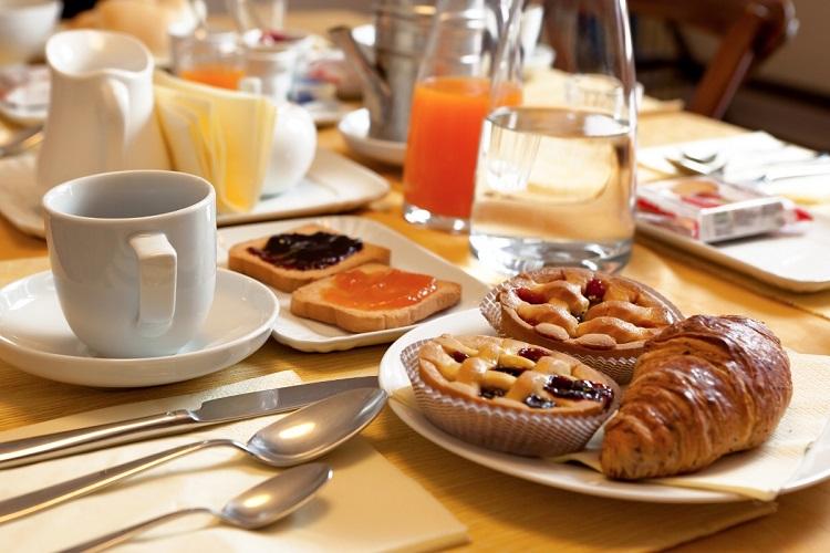 colazione ricca di dolci e zuccheri